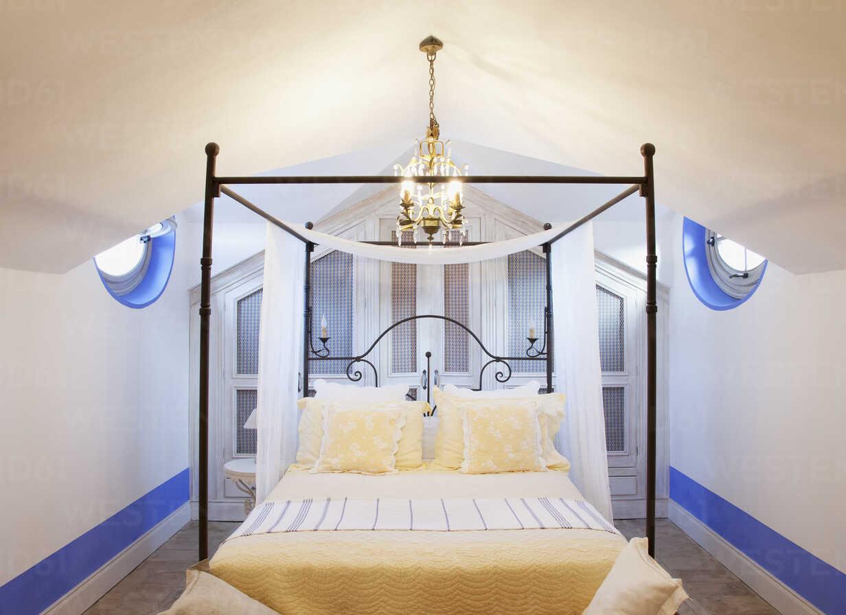 https www westend61 de en imageview caif00364 chandelier over four poster bed in luxury bedroom