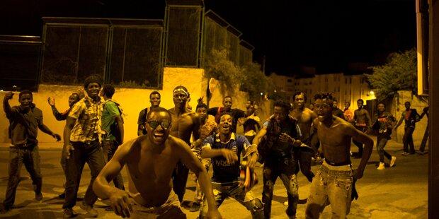 Video zeigt, wie hunderte Afrikaner EU-Grenze stürmen