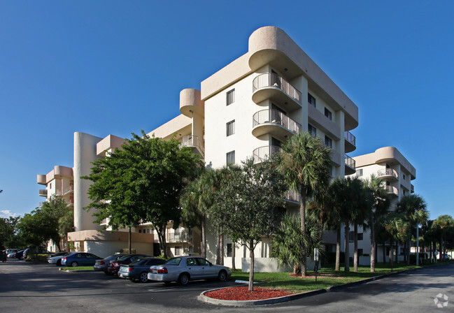 Building Royal Palm Towers Luxury Al Apartments
