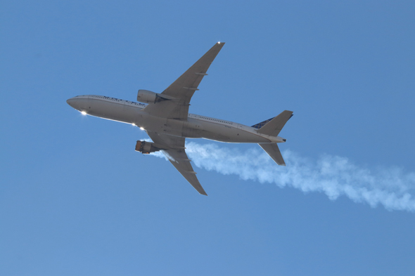 A 777 aircraft whose engine is on fire