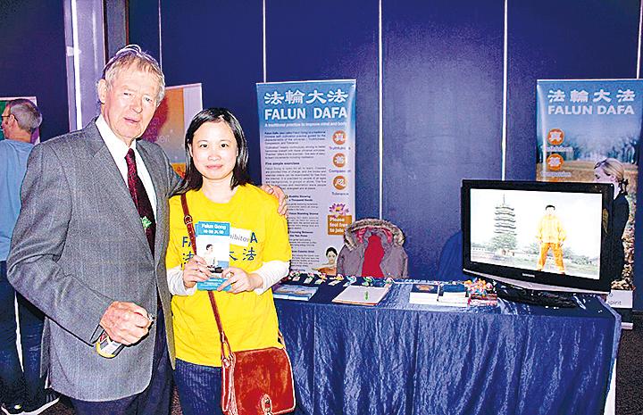 愛爾蘭健康展 政要名流參觀法輪功展位|大紀元時報 香港|獨立敢言的良心媒體