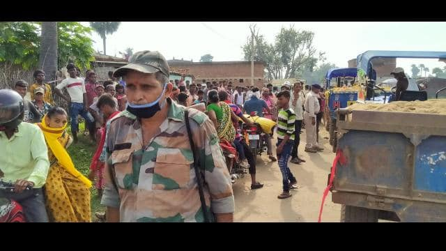 sand mafia try to molest to woman then angry public protested and caught illegal sand lodged tractor