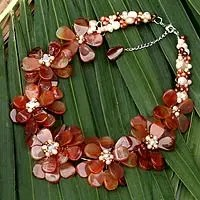 Pearl and agate flower necklace, 'Elixir' (Thailand)