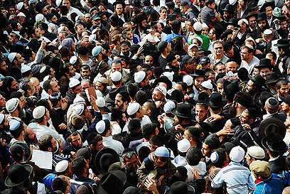 Jewish worshippers in Uman (Photo: Israel Barugo(