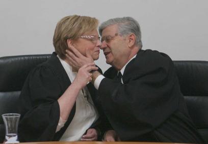 """נשיקת הפרידה של ברק ב-2006. """"עמדה בכבוד"""" (צילום: גיל יוחנן)"""