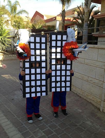 אילאי ונהוראי בני ה-7 התחפשו למגדלי התאומים (צילום: רעות ביטון)