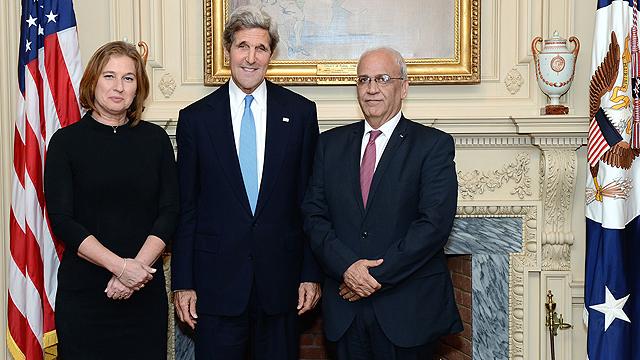 Kerry with negotiators Livni and Erekat (Archive photo: AFP)