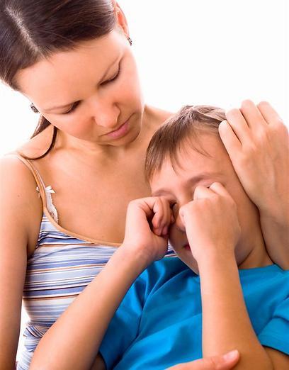 האם חוששת שייקחו ממנה את בנה - אילוסטרציה ( צילום: shutterstock )