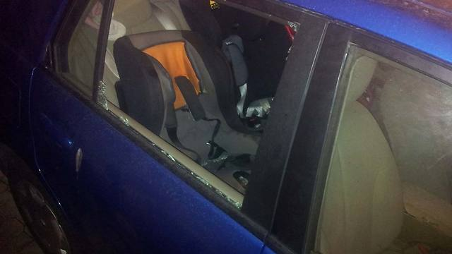 רכב המשפחה שנפגע מהאבנים (צילם: נועם 'דבול' דביר)
