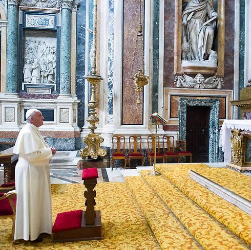 """""""לא מתערב"""". האפיפיור בכנסיית סנטה מריה מג'ורה (צילום: EPA)"""