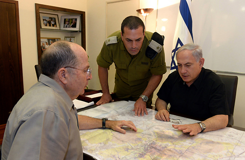 Defense Minister Moshe Ya'alon and Prime Minister Benjamin Netanyahu during a situation assessment of the search for the boys (Photo: Haim Tzach, GPO)