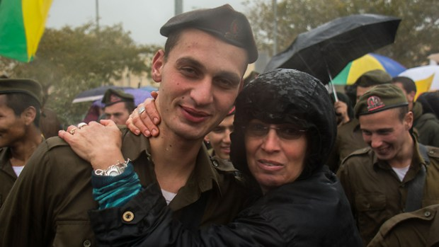 """דוד עם אמו לאחר קבלת הכומתה (צילום: דובר צה""""ל)"""