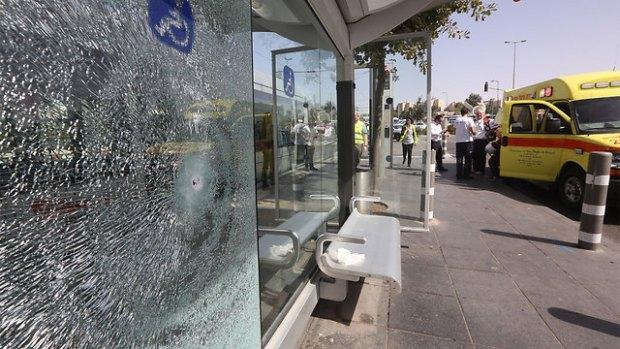Обстрелянная террористом остановка. Фото: Гиль Йоханан