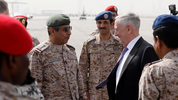 Госсекретарь США с саудовскими генералами. Фото: АР