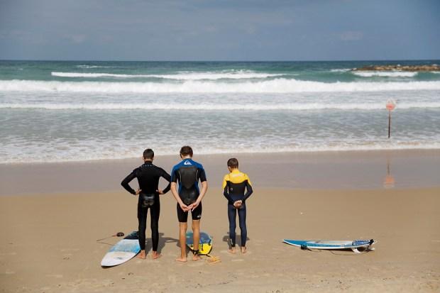 Минута молчания на пляже в Нетании. Фото: AP
