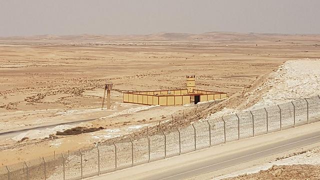 Egyptian military checkpoint on border (Photo: Roi Kais)