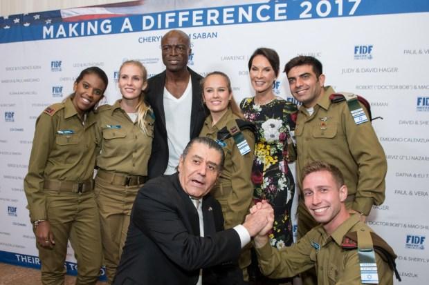Хаим Сабан с военнослужащими. Фото: Алекс Розенфельд