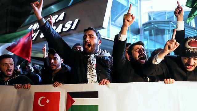 Demonstranten in der Nähe der US-Botschaft in Ankara (Foto: AFP)