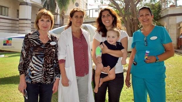 """Алекс с мамой и медперсонал больницы """"Шнайдер"""""""