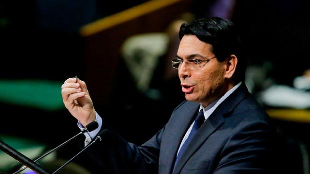 Данон показывает монету. Фото: AFP (Photo: AFP)