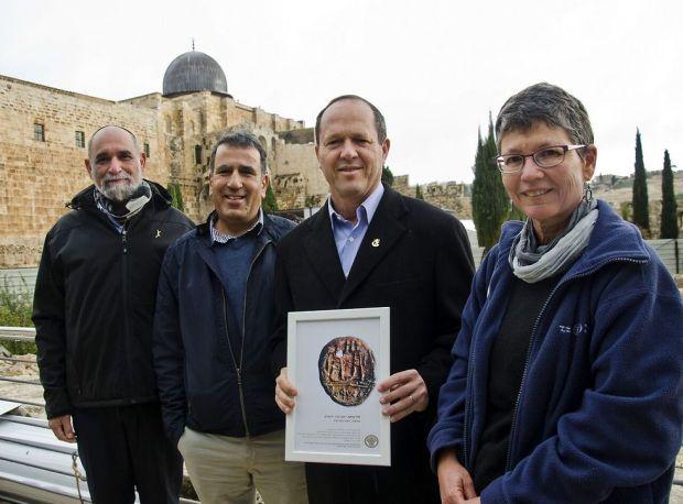 Мэр Иерусалима Нир Баркат с археологами. Фото: Юли Шварц (Photo: Yuli Schwatz)