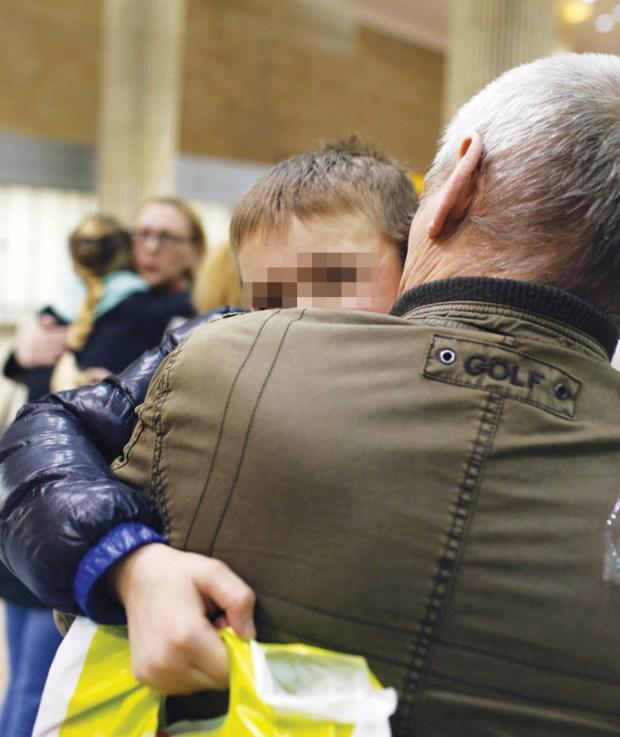 Дедушка встречает мальчика в аэропорту Бен-Гурион: семья воссоединилась
