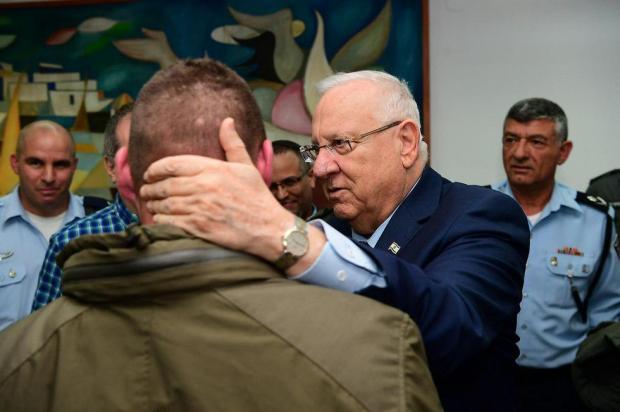Реувен Ривлин встречается с раненными в Дженине бойцами. Фото: Амос Бен-Гершом, ЛААМ