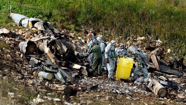 Изучение останков самолета. Фото: AFP (Photo: AFP)