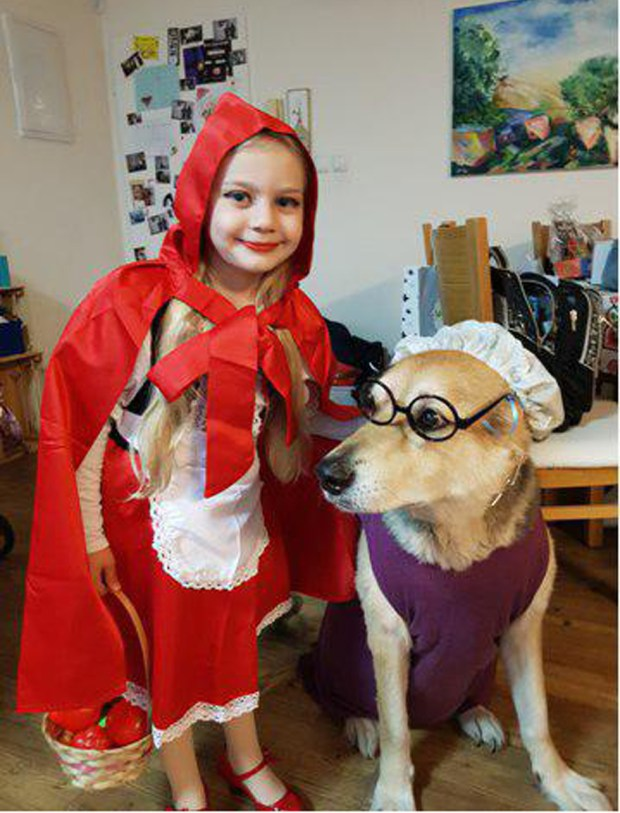 Эла из Кфар-Сабы нарядилась Красной Шапочкой. А еще у нее есть свой волк, и очень милый!
