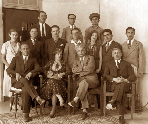 В центре сидят Лея Абушдид и Итамар Бен-Ави. Фото: Википедия