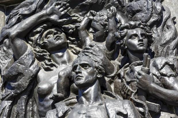 Фрагмент памятника защитникам Варшавского гетто в столице Польши. Фото marecusz Shutterstock