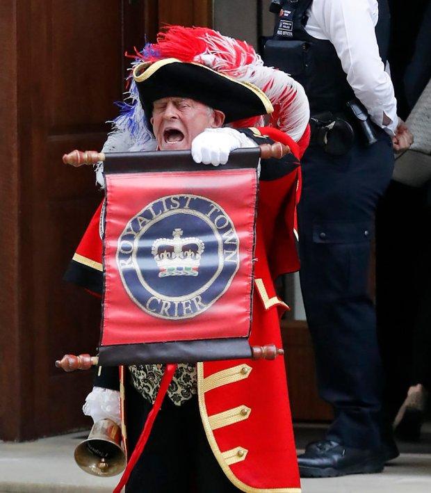 Королевский глашатай извещает о рождении принца. Фото: AP