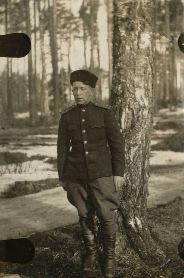 Шулим Пиковский в лесу прифронтовом. Фото из семейного альбома