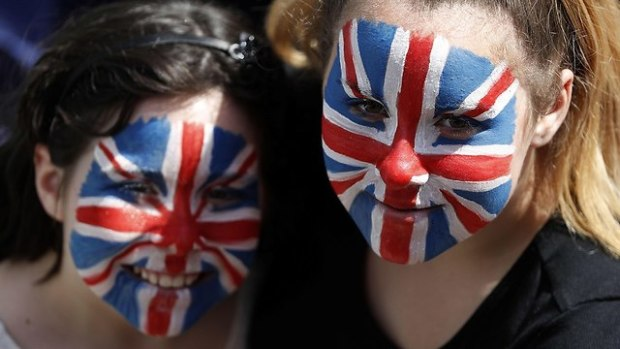 Британцы украсили себя цветами национального флага