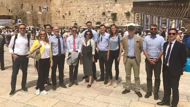 Делегация у Стены плача в Иерусалиме. В центре - Сундус Буалем