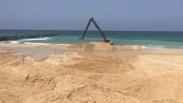 Construction de la barrière navale (Photo: Ministère de la Défense)