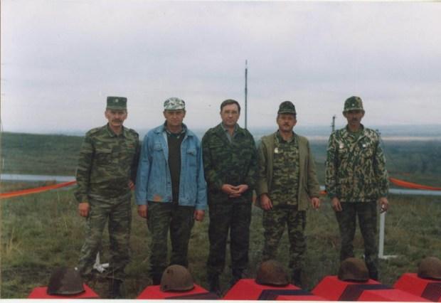 Поисковая группа на церемонии захоронения. Второй слева - Григорий Малеваный, обнаруживший останки Якова Нагерова