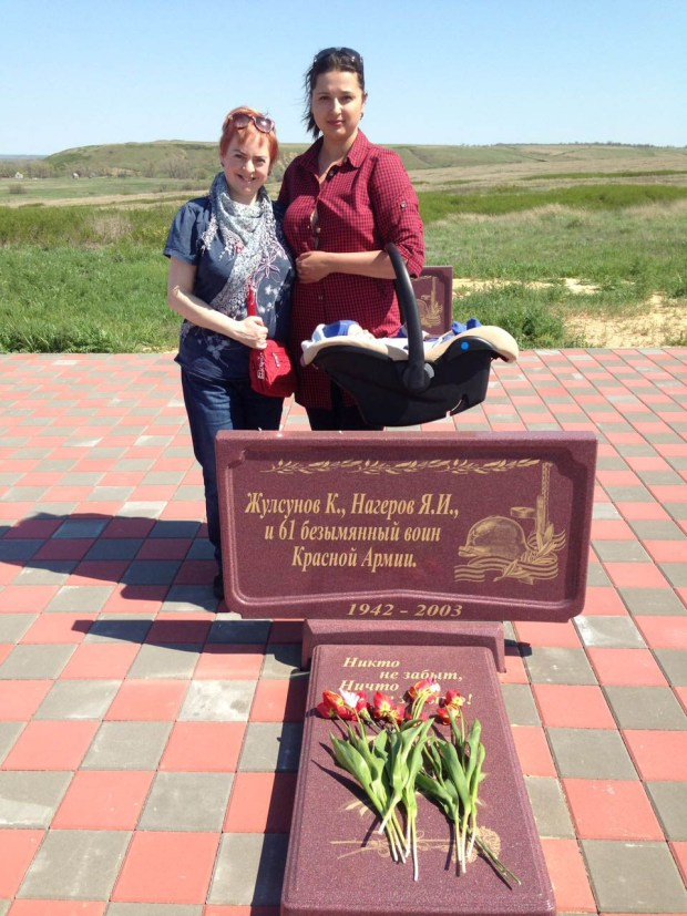 У обелиска 63-х павшим:  Элла Шубина (слева) и Оксана Минаева. Фото: Юрий Шубин