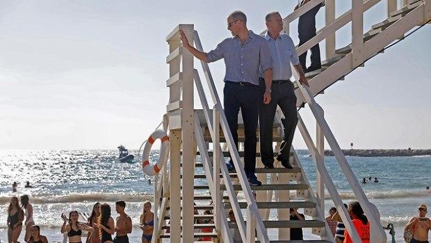 Принц Уильям и Рон Хульдаи на пляже Фришман в Тель-Авиве. Фото: AP