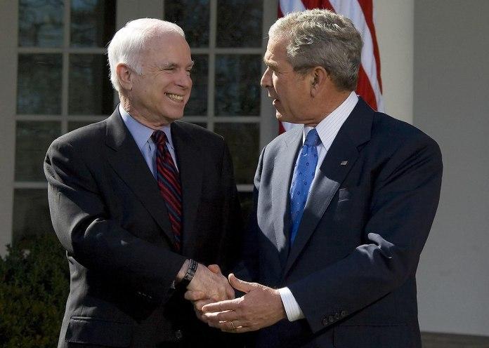 McCain with George W. Bush (Photo: AFP)