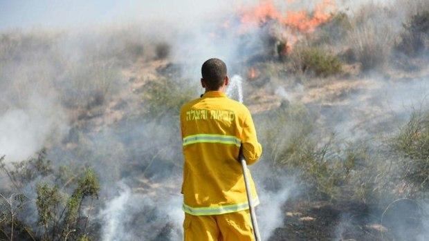 Тушение пожара в кибуце Беэри. Фото: Коби Рихтер, пресс-служба пожарной охраны (Photo: Kobi Richter)