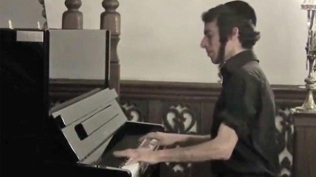 חיים טוקצ'ינסקי מנגן בפסנתר ()