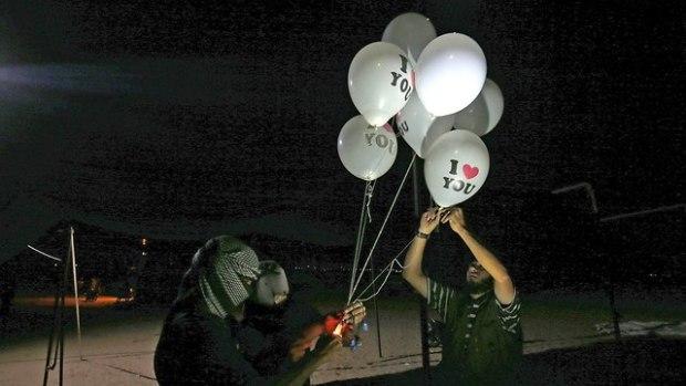 Террористы запускают шары-поджигатели. Фото: AFP (Photo: AFP)