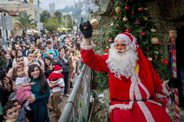 Санта-Клаус приветствует жителей и гостей Хайфы. Фото: пресс-служба мэрии