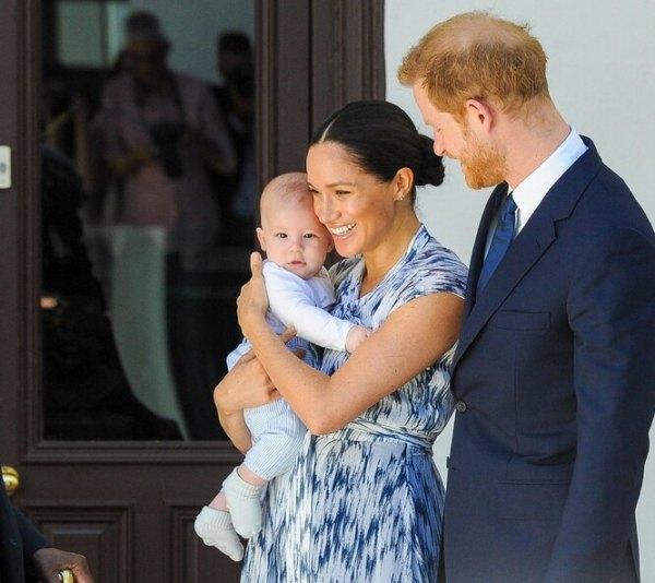 Почему фото трех членов семьи убрали со стола королевы ...