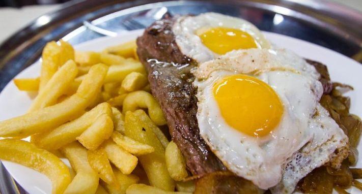 Hoy celebramos el Día Nacional del bistec a lo pobre | Romantica.cl