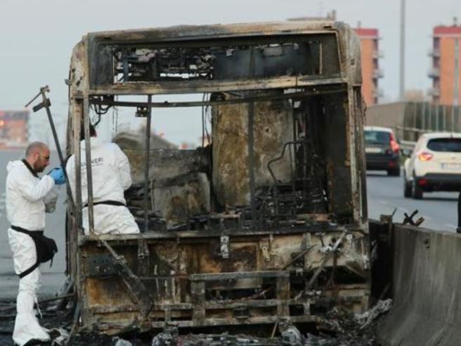 Autobus in fiamme a Milano: «Faccio una strage, vendicherò i migranti». I 51 studenti in trappola