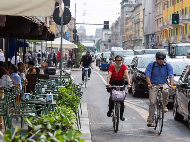 Milano, la pista ciclabile di corso Buenos Aires si allarga: via i parcheggi. I dubbi dei negozianti