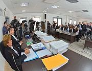 L'intervento del pm Fabio Picuti (a destra) durante il suo intervento al processo contro la Commissione Grandi rischi (Ansa)