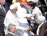 Il saluto di Papa Francesco ai fedeli (A. Benedetti/Corbis)